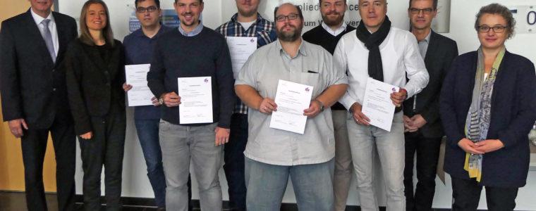 """Teilnehmer des Hochschul-Zertifikatskurses """"Produktmanagement"""" freuen sich über ihre Zertifikate"""