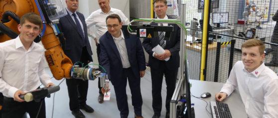 TCW investiert in die Zukunft -Griff in die Kiste mit dem Roboter
